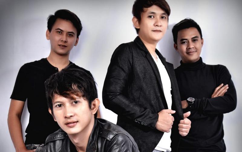 https: img-o.okeinfo.net content 2019 03 12 205 2029093 sukses-di-malaysia-band-demeises-bersama-messi-siap-eksis-di-indonesia-G94sDhb1rC.jpg