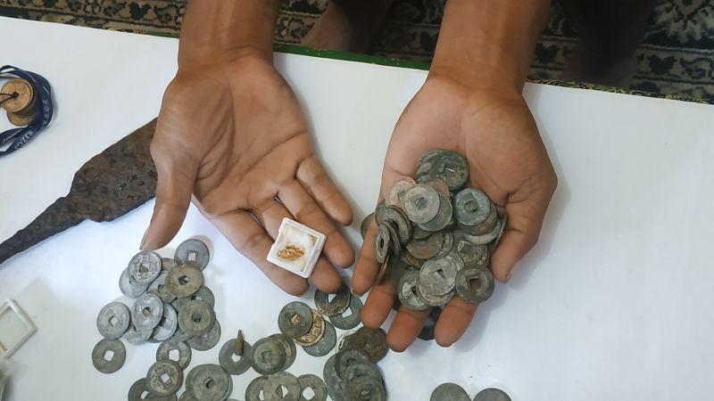 https: img-o.okeinfo.net content 2019 03 12 519 2029045 kisah-warga-temukan-koin-hingga-anting-emas-di-situs-kuno-sekitar-tol-malang-RMdJvwr0rn.jpg