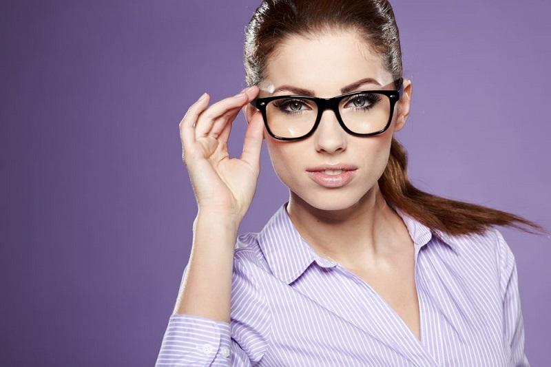 https: img-o.okeinfo.net content 2019 03 13 194 2029229 memilih-kacamata-dari-3-bentuk-wajah-jangan-sampai-kelihatan-norak-eV3mm3zRnK.jpg