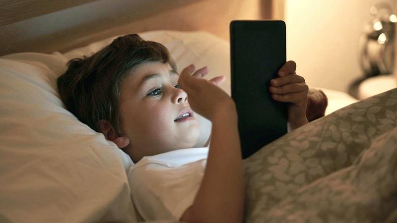 https: img-o.okeinfo.net content 2019 03 13 481 2029290 awas-ini-bahayanya-anak-main-gadget-sebelum-tidur-dHRXDq340e.jpg
