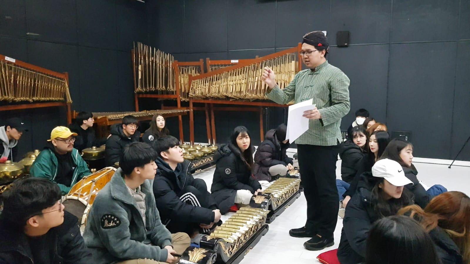 https: img-o.okeinfo.net content 2019 03 14 65 2029761 universitas-seni-di-korea-ajarkan-musik-gamelan-1cVU6blsvR.jpeg