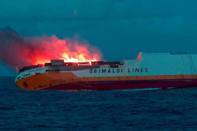 https: img-o.okeinfo.net content 2019 03 15 18 2030284 kapal-bermuatan-2-200-ton-minyak-terbakar-di-samudera-atlantik-ancam-kerusakan-ekosistem-laut-aTwMmXAZW0.jpg