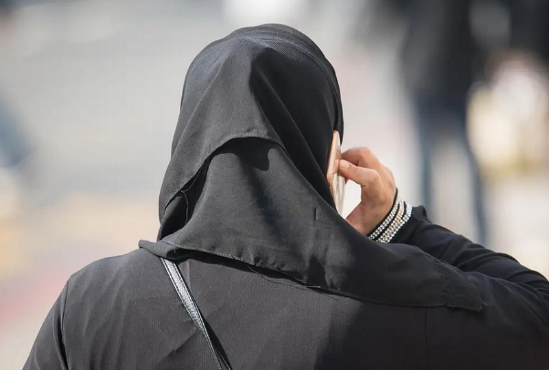 https: img-o.okeinfo.net content 2019 03 15 512 2030235 viral-hijaber-ini-punya-cara-unik-naik-motor-tanpa-jilbabnya-terbang-TzrI0MFGfp.jpg