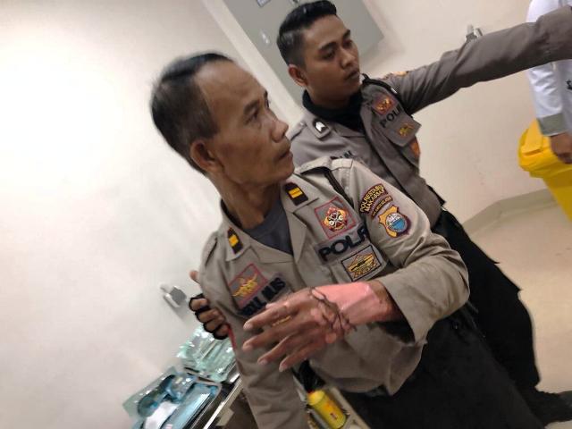 https: img-o.okeinfo.net content 2019 03 15 609 2030652 amankan-demo-mahasiswa-di-makassar-seorang-polisi-terbakar-zi4m6fP6CY.jpg