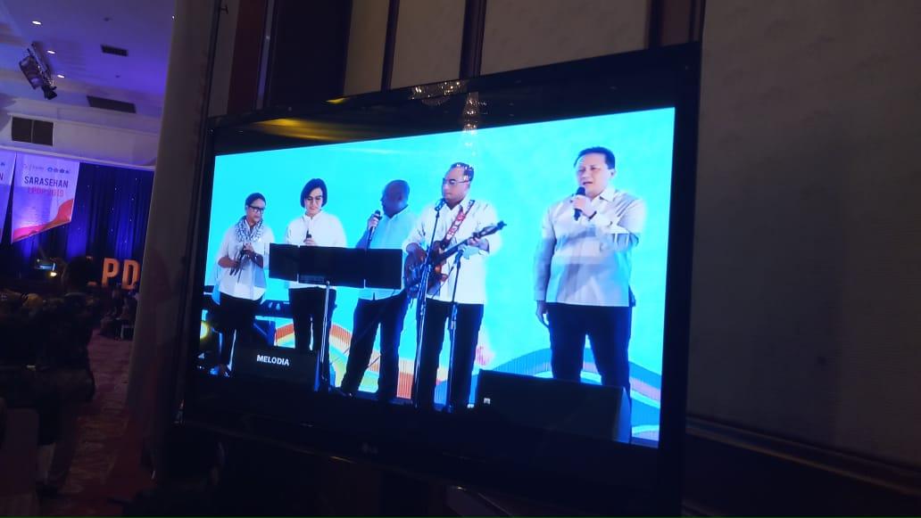 https: img-o.okeinfo.net content 2019 03 15 65 2030680 elek-yo-band-nyanyi-depan-wapres-jk-dan-ratusan-penerima-lpdp-49UfjAwR9L.jpg