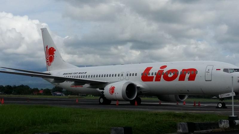 https: img-o.okeinfo.net content 2019 03 16 340 2030904 pesawat-boeing-737-max-8-milik-lion-air-ditahan-di-bandara-sam-ratulangi-ou13xoo2UW.jpg