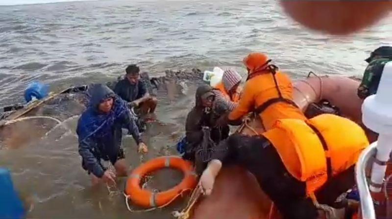 https: img-o.okeinfo.net content 2019 03 18 340 2031769 kapal-karam-di-muara-asmat-tim-sar-berhasil-selamatkan-kapten-dan-6-abk-Ci5NgmCnFn.jpg