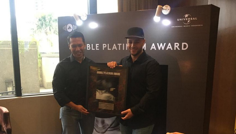 https: img-o.okeinfo.net content 2019 03 19 205 2032372 maher-zain-raih-double-platinum-di-indonesia-RgryUJ7WlV.jpg
