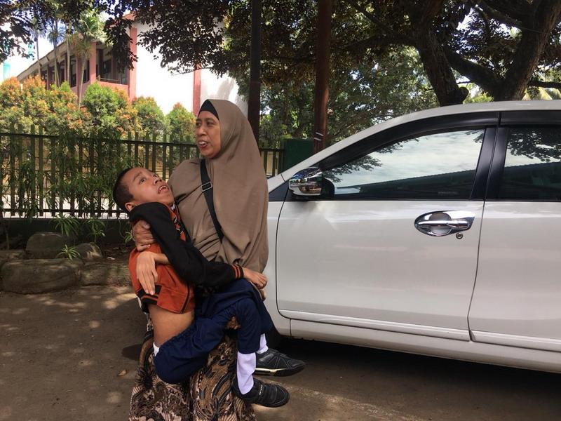 https: img-o.okeinfo.net content 2019 03 19 338 2032342 ibu-ini-rela-gendong-anaknya-yang-idap-distrofi-otot-ke-sekolah-pmpTScNLXc.jpg