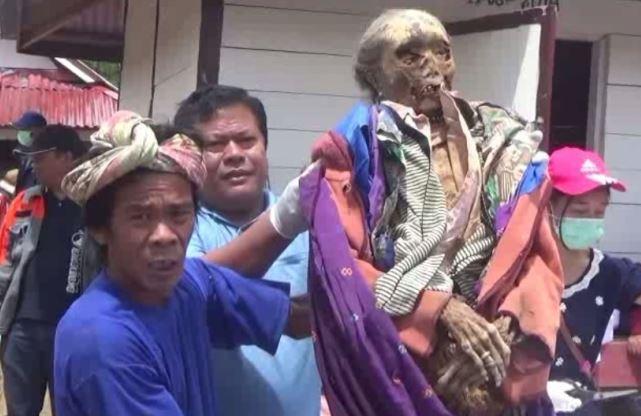 https: img-o.okeinfo.net content 2019 03 22 609 2033812 mengenal-tradisi-ma-nene-ritual-mengganti-pakaian-mayat-di-tana-toraja-8SuagYgSzL.JPG