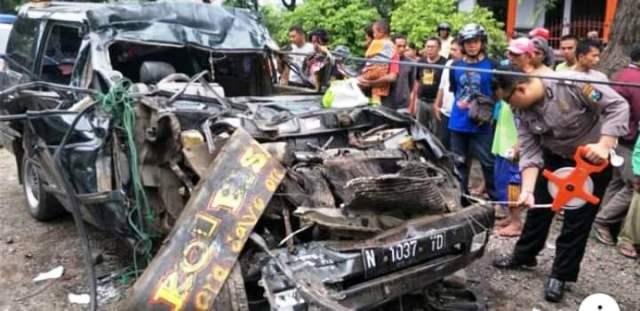 https: img-o.okeinfo.net content 2019 03 23 519 2034053 mobil-tabrak-truk-parkir-1-keluarga-tewas-mengenaskan-Im5c7bGmIa.jpg