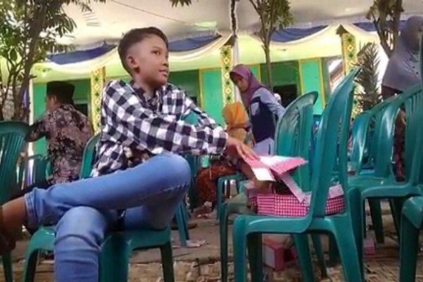 https: img-o.okeinfo.net content 2019 03 26 512 2034983 aksi-remaja-ngembat-snack-di-hajatan-malah-undang-tawa-warganet-q5jc9bzbyL.jpg