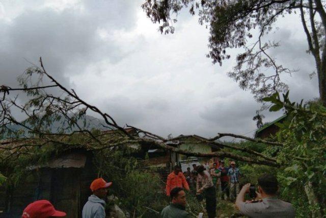 https: img-o.okeinfo.net content 2019 03 27 340 2035498 angin-kencang-dan-hujan-es-terjang-aceh-tengah-sejumlah-rumah-rusak-6WbdYKGGPc.jpg