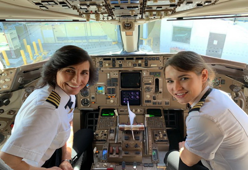 https: img-o.okeinfo.net content 2019 03 27 612 2035742 ibu-dan-anak-kompak-jadi-pilot-duet-terbangkan-pesawat-boeing-757-IpPGnTrEcx.JPG