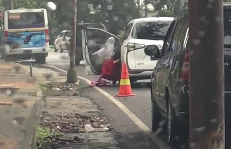 https: img-o.okeinfo.net content 2019 03 28 519 2036036 viral-video-ibu-usir-dan-aniaya-anak-berseragam-ZZxh87Edk7.jpg