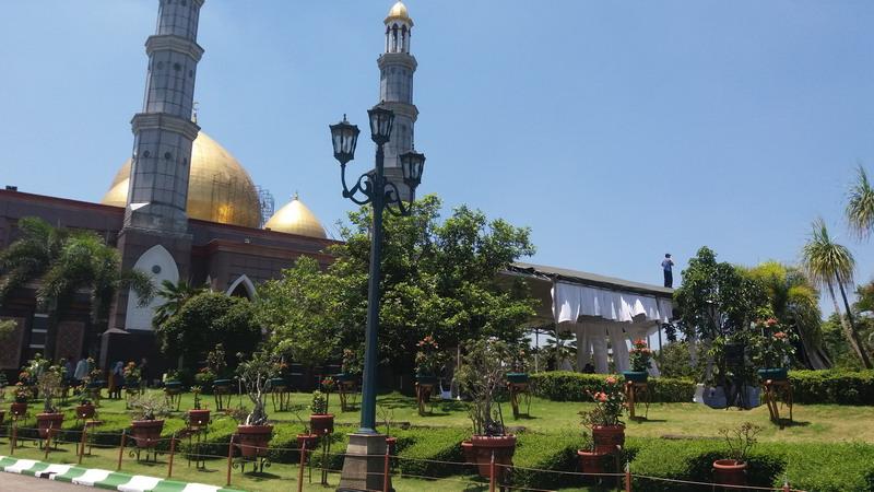 https: img-o.okeinfo.net content 2019 03 29 338 2036596 hj-dian-djuriah-akan-dimakamkan-tepat-di-depan-masjid-kubah-emas-DCfXQ9Neex.jpg