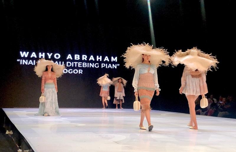 https: img-o.okeinfo.net content 2019 03 30 194 2037214 di-tangan-4-desainer-muda-kain-wastra-indonesia-diubah-jadi-pakaian-milenial-53E2tIoggG.jpeg
