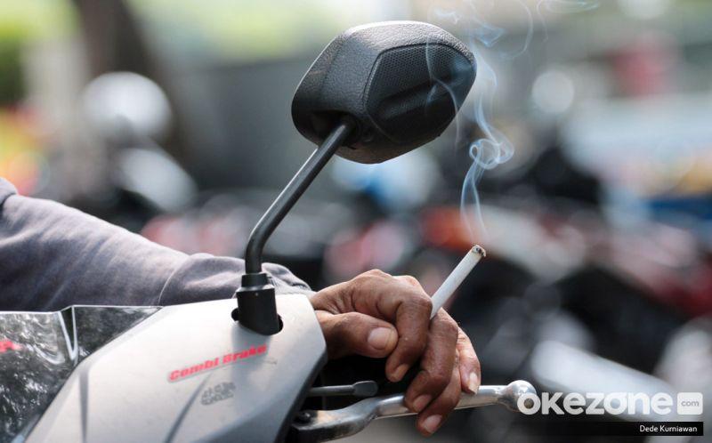 https: img-o.okeinfo.net content 2019 04 01 15 2037827 penumpang-motor-tak-kena-aturan-merokok-namun-tetap-timbulkan-kecelakaan-asc25dSTth.jpg