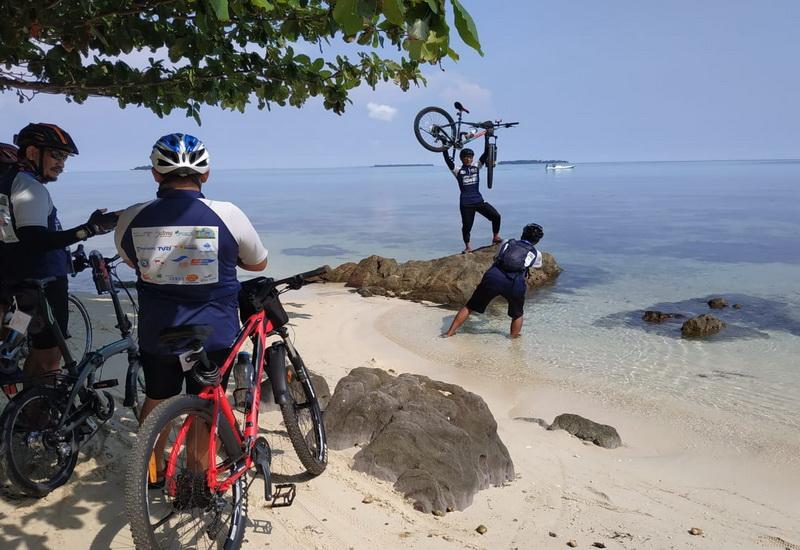 https: img-o.okeinfo.net content 2019 04 01 406 2037635 tak-cuma-snorkeling-karimunjawa-juga-tawarkan-spot-gowes-istimewa-9qeoWd8lBc.jpg