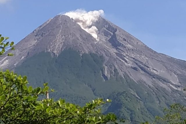 https: img-o.okeinfo.net content 2019 04 01 510 2037600 gunung-merapi-mengeluarkan-guguran-lava-pijar-ke-arah-kali-gendol-UL6KzMGKiN.jpg