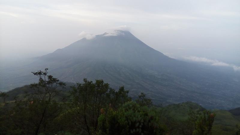 https: img-o.okeinfo.net content 2019 04 02 512 2038185 gunung-merapi-2-kali-semburkan-awan-panas-siang-ini-jarak-luncurnya-1-000-meter-fQ01llr40l.jpg