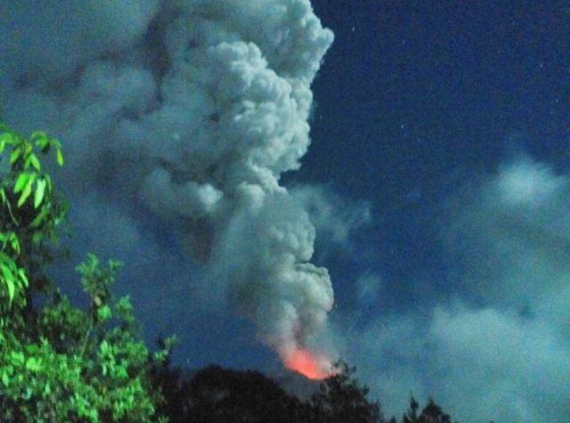 https: img-o.okeinfo.net content 2019 04 04 244 2038852 gunung-agung-kembali-erupsi-abunya-mencapai-2-000-meter-5fKPzu974l.jpg