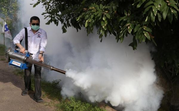 https: img-o.okeinfo.net content 2019 04 05 512 2039293 berbobot-berat-mesin-fogging-dipanggul-hary-tanoe-untuk-berantas-nyamuk-dbd-w239MGduwJ.jpg