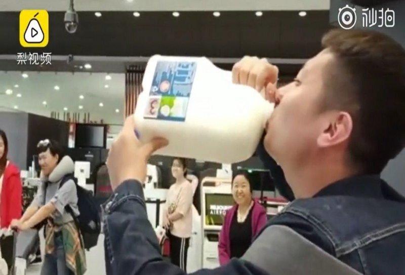 https: img-o.okeinfo.net content 2019 04 08 406 2040420 viral-wisatawan-tiongkok-tenggak-2-5-liter-susu-di-bandara-melbourne-IBACaEo5uC.jpg