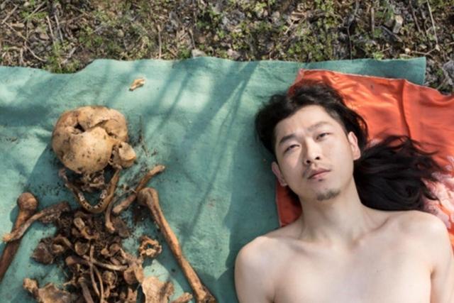 https: img-o.okeinfo.net content 2019 04 09 18 2040986 pose-telanjang-di-samping-tulang-ayahnya-pria-china-mendapat-kecaman-wargnet-SVpzolTxI6.jpg