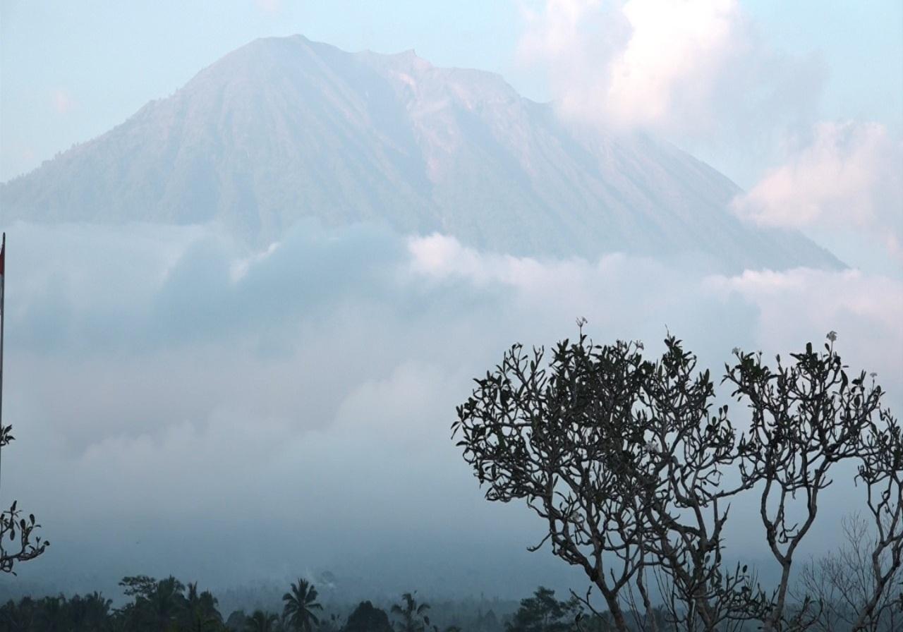 https: img-o.okeinfo.net content 2019 04 09 244 2040920 gunung-agung-dilanda-10-kali-gempa-dilarang-beraktivitas-di-radius-4-km-dari-kawah-Qjy7mjuFj5.jpg