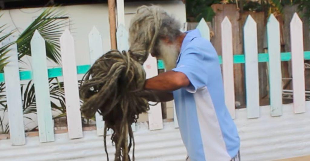 https: img-o.okeinfo.net content 2019 04 10 612 2041603 pria-ini-tak-cukur-rambut-selama-40-tahun-Lxz19yRx8I.jpg