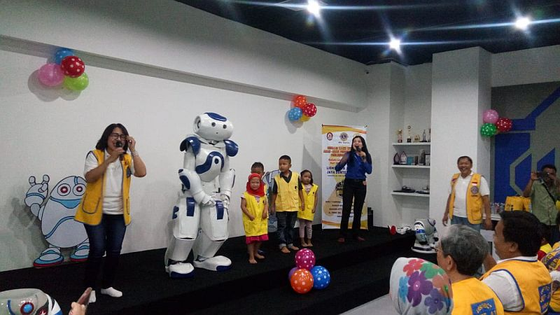 https: img-o.okeinfo.net content 2019 04 12 65 2042481 lions-club-ajak-anak-anak-penderita-kanker-berkunjung-ke-rumah-robot-PZRa1kFyZ0.jpg