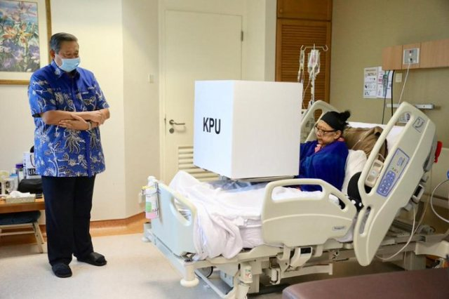 https: img-o.okeinfo.net content 2019 04 14 605 2043462 ani-yudhoyono-gunakan-hak-pilih-sambil-berbaring-di-tempat-tidur-rs-singapura-mMXWyEqjuY.jpg