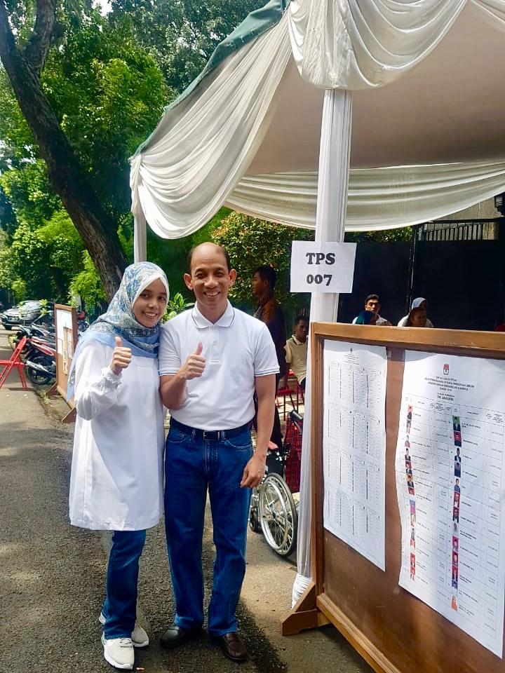 https: img-o.okeinfo.net content 2019 04 17 320 2044666 nyoblos-bareng-istri-arcandra-tahar-pemilu-jadikan-indonesia-semakin-baik-d6ZVwK0Utq.jpg