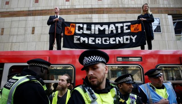 https: img-o.okeinfo.net content 2019 04 18 18 2045160 protes-perubahan-iklim-aktivis-nempel-di-atap-kereta-london-Khheho9ihl.jpg