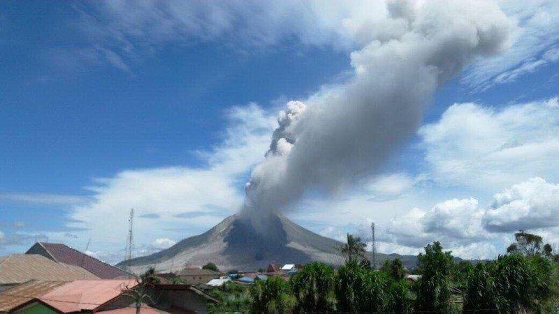 https: img-o.okeinfo.net content 2019 04 18 512 2044958 gunung-merapi-semburkan-awan-panas-hingga-1-45-km-hLMrESWdU8.jpg