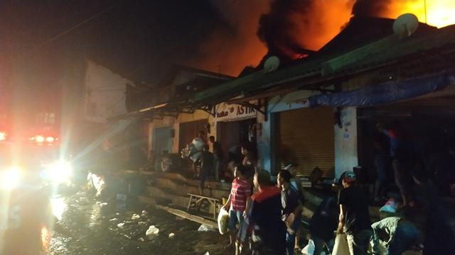 https: img-o.okeinfo.net content 2019 04 18 519 2044970 kebakaran-sudah-6-jam-petugas-kesulitan-padamkan-api-di-pasar-lawang-YZXMIiJJgN.jpg