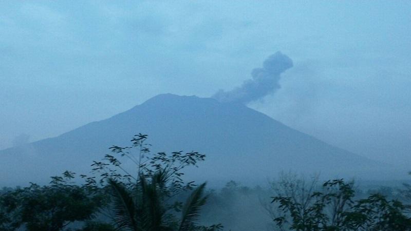 https: img-o.okeinfo.net content 2019 04 21 244 2046024 gunung-agung-kembali-erupsi-semburkan-kolom-abu-hingga-2-000-m-Hgwt2LYmF5.jpg