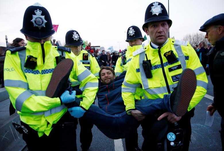 https: img-o.okeinfo.net content 2019 04 22 18 2046573 1-000-orang-ditangkap-terkait-protes-perubahan-iklim-di-london-5VwfojSTIx.jpg