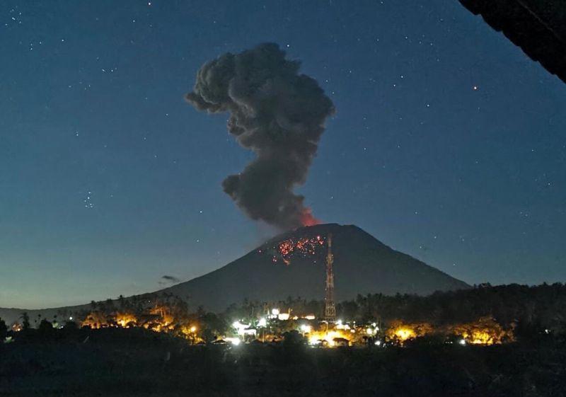 https: img-o.okeinfo.net content 2019 04 22 337 2046457 pvmbg-jelaskan-kondisi-gunung-agung-pasca-erupsi-cJLdjpYKBU.jpg