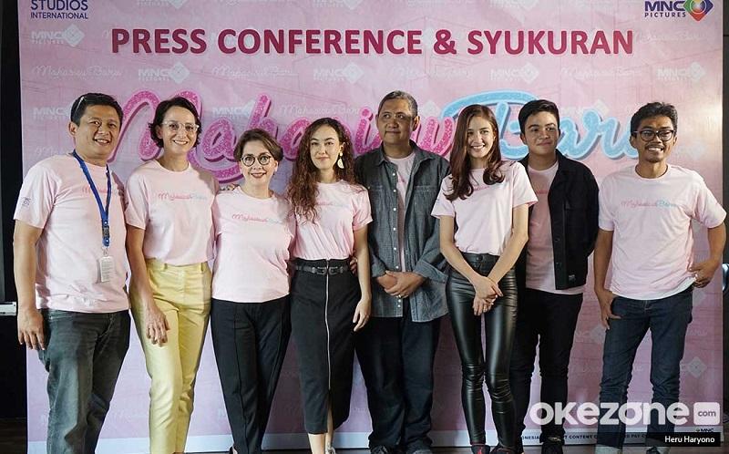 https: img-o.okeinfo.net content 2019 04 23 206 2047092 beda-usia-mikha-tambayong-widyawati-satu-geng-di-film-mahasiswi-baru-Rjj5uHDkaJ.jpg