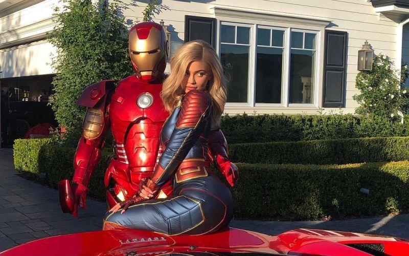 https: img-o.okeinfo.net content 2019 04 26 206 2048618 foto-bareng-iron-man-kylie-jenner-seksi-berbalut-kostum-captain-marvel-Emlq4ys0t2.jpg