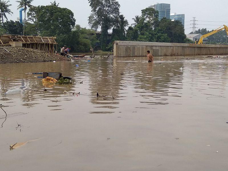 https: img-o.okeinfo.net content 2019 04 26 338 2048365 banjir-setinggi-dada-warga-tangerang-panik-lupakan-barang-barang-hpsipYwtmJ.jpg