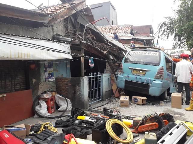 https: img-o.okeinfo.net content 2019 04 26 338 2048376 1-orang-meninggal-dan-3-lainnya-terluka-akibat-rumah-ambruk-di-tanah-tinggi-0KlNI3mJ0Q.jpg