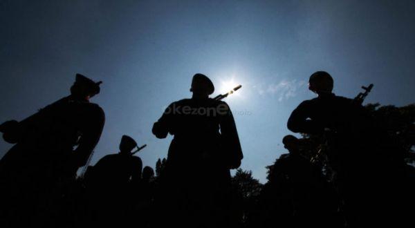 https: img-o.okeinfo.net content 2019 05 01 519 2050359 may-day-polisi-bubarkan-massa-berpakaian-serba-hitam-di-surabaya-EADjsUXgCA.jpg