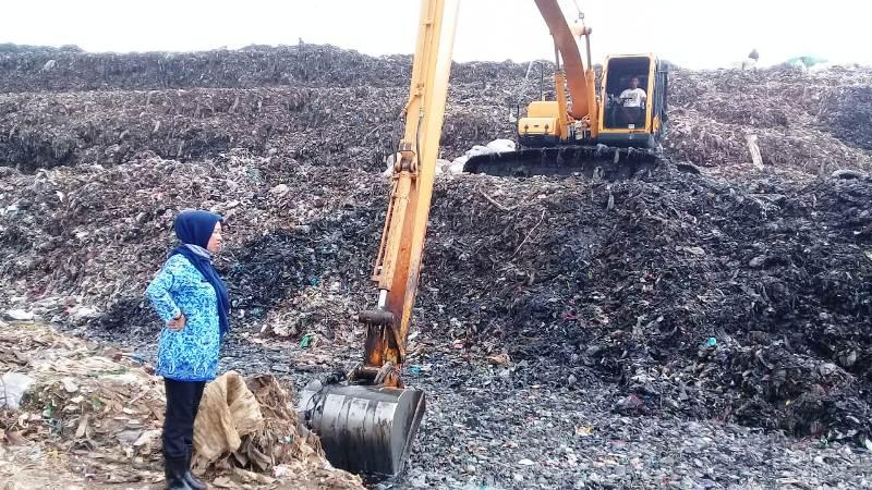 https: img-o.okeinfo.net content 2019 05 03 338 2050854 sampah-di-bekasi-tak-diangkut-3-bulan-pemkot-sebut-alat-berat-rusak-SKippgUUAR.jpg