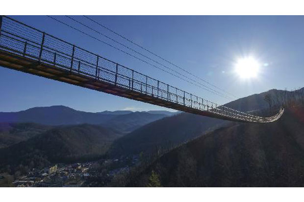 https: img-o.okeinfo.net content 2019 05 03 470 2050934 jembatan-gantung-terpanjang-di-as-melintasi-lembah-great-smoky-mountains-7X183CbsnB.jpg