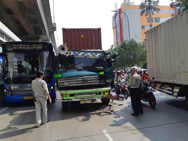 https: img-o.okeinfo.net content 2019 05 04 338 2051425 truk-trailer-tabrak-transjakarta-di-tanjung-priok-lalin-tersendat-EuaxvNEt4p.jpg
