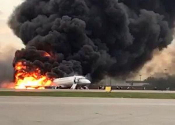 https: img-o.okeinfo.net content 2019 05 07 18 2052412 pesawat-rusia-yang-terbakar-di-moskow-disambar-petir-sebelum-kecelakaan-7hC91COMq0.jpg