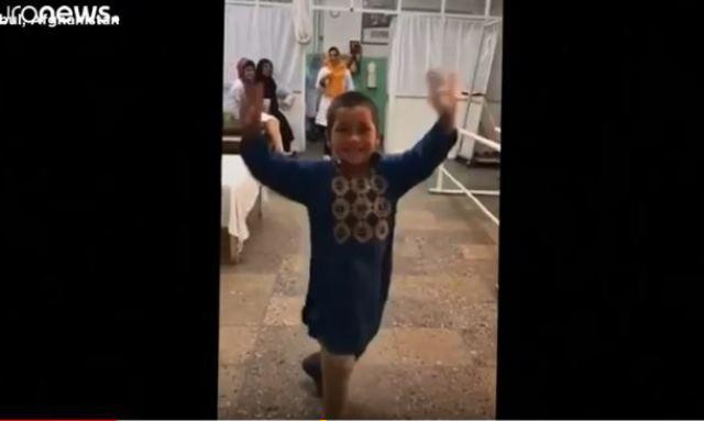 https: img-o.okeinfo.net content 2019 05 09 18 2053428 video-bocah-afghanistan-menari-bahagia-usai-dipasangi-kaki-palsu-viral-QCPPH7rUn9.JPG